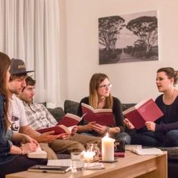 Eine Kleingruppe mit dem Heft «Begegnungsort Bibel» der VBG.