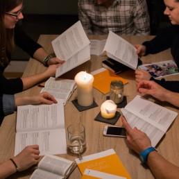 Eine Kleingruppe mit dem Heft «Glauben gestalten» der VBG