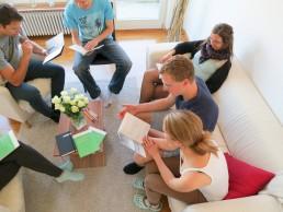 Eine Kleingruppe mit dem Heft «begründet glauben» der VBG